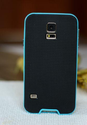 Etui jest wykonane z dwóch elementów: ramki i wytrzymałego materiału typu TPU. Obudowa idealnie dopasowuje się do kształtu telefonu. Całość oferuje niezrównany komfort i elegancję.