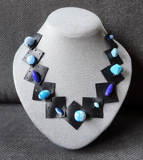 Vrolijke ketting met verschillende blauwe kralen. door AnnesSierraad,