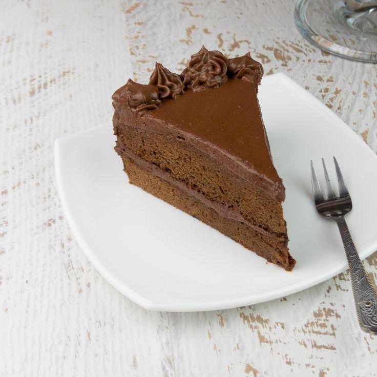 Vă prezentăm cel mai delicios tort din ciocolată cu cremă pufoasă și fină, cum n-ați mai încercat pină acum. Chiar dacă la prima vedere pare a fi un desert complex, care o să vă ia