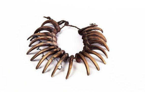 Collier constitué de 21 griffes d'ours, de cuir, fibres végétales et de perles de verre. Ce type de bijoux a peut-être porté au Paléolithique mais ne nous est pas parvenu. Provenant de l'Amérique du Nord XVIIIe siècle © RMN-GP (MAN) / L.Hamon