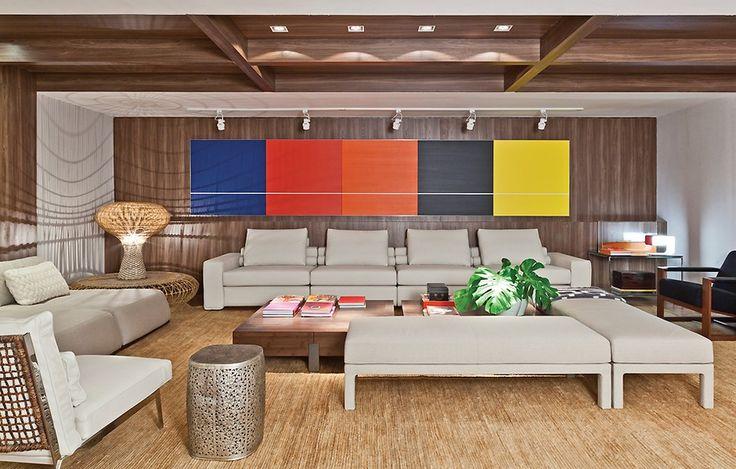 O ambiente de Paola Ribeiro é uma sala de estar com um pequeno canto de escritório. O artista homenageado é o Marcelo Catalano, marido da designer de interiores