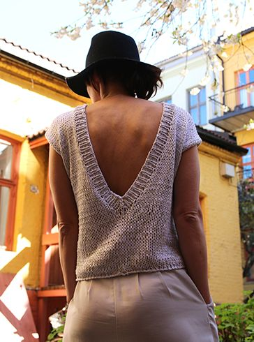 Our popular knitted summer top with short sleeves and a deep v in the back. Knitted in our delightful bamboo yarn.
