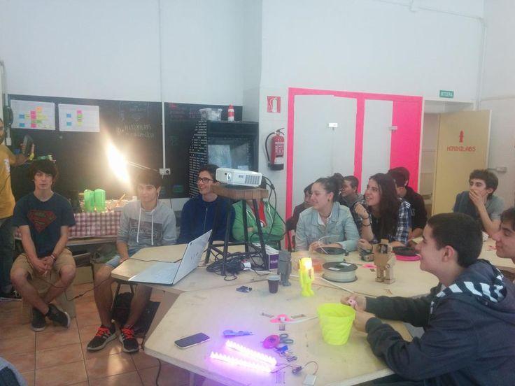 Karlos Sukuntza y sus alumnos de Hernani BHI en el taller de impresión 3D en #Hirikilabs