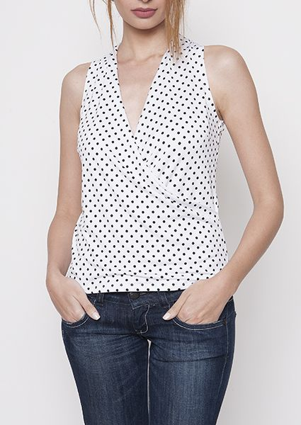 With this polka dot blouse're both in the office and so the club beautifully dressed.The deep neckline formed by cutting the wrap gives femininity you need for your every look.