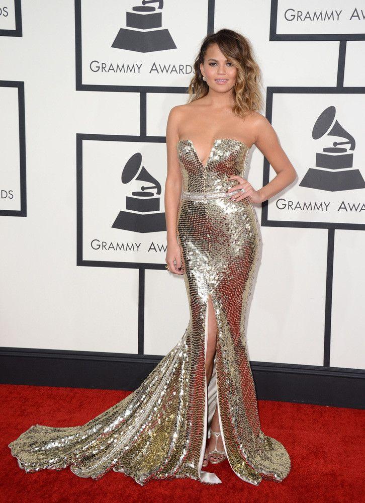 Christine Teigen quiso ser la Heidi Klum y Jennifer Lopez de la alfombra roja con este vestido metalizado de Johanna Johnson con sandalias de Casadei.