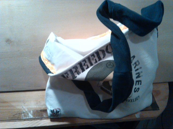 Recupero: da felpa tg. 12 mesi a borsa porta-pranzo per il marito..L'interno è stato foderato con la copertura plastica del fasciatoio portatile... a prova d'unto. :) Esperimento Riuscito!