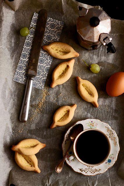 Navettes de Provence à l'eau de Fleurs d'Oranger http://www.lca-aroma.com/content/303-navettes-de-provence-a-l-eau-de-fleurs-d-orangerd'Oranger. Des petits biscuits croquants délicieusement aromatisé et parfaits pour accompagner un café entre ami(e)s !