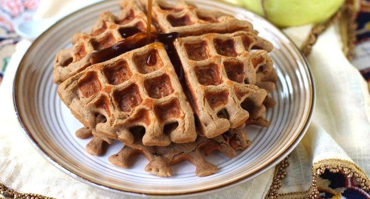 Вафлями можно дополнить некоторые диеты — палео, безглютеновую, веганскую и многие другие. Это не просто десерт, но полноценный завтрак, обед или даже ужин. Десяток рецептов с вафлями, которые мы собрали, прекрасное тому доказательство.
