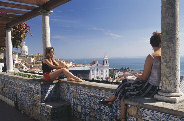 100 cosas sobre Lisboa que deberías saber - Vistas y azulejos en el mirador de Santa Luzia | Galería de fotos 36 de 101 | Traveler