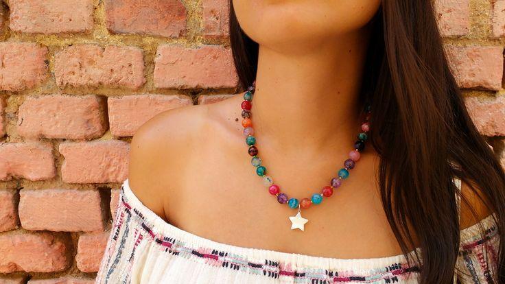 Pintoresco collar formado por piedras de cuarzos facetados de diversos colores y colgante nácar en forma de estrella. Pero... ¿A qué es precioso?