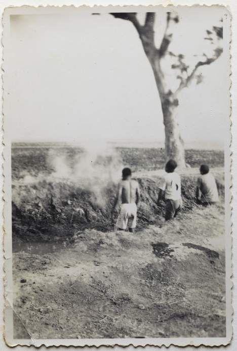 Eerste foto's ooit van executies Nederlands leger in Indië. Voor het eerst in de geschiedenis zijn foto's opgedoken van executies die zeer waarschijnlijk zijn uitgevoerd door het Nederlandse leger tijdens de politionele acties in voormalig Nederlands-Indië. De foto's komen uit het privéalbum van een soldaat die diende als dienstplichtige in Nederlands-Indië.