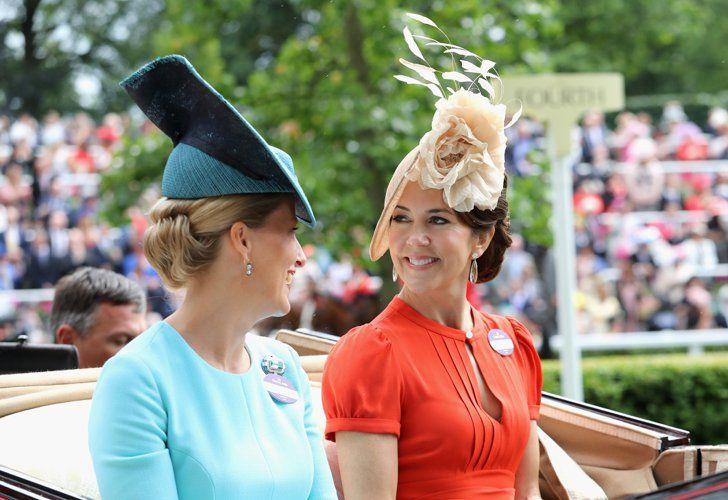 Pin for Later: Die britischen Royals zeigen sich von ihrer besten Seite in Ascot  Sophie, Gräfin von Wessex und Kronprinzessin Mary von Dänemark                                                                                                                                                                                 Mehr