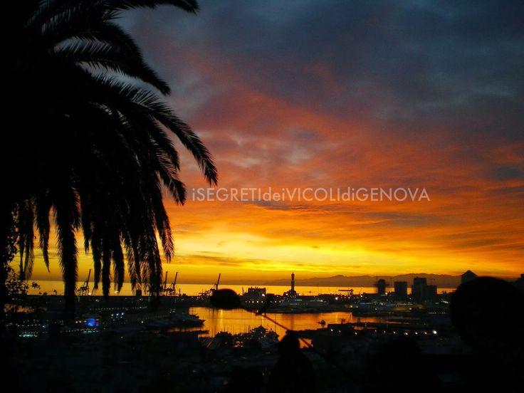 Genova: rosso di sera sui vicoli e la lanterna