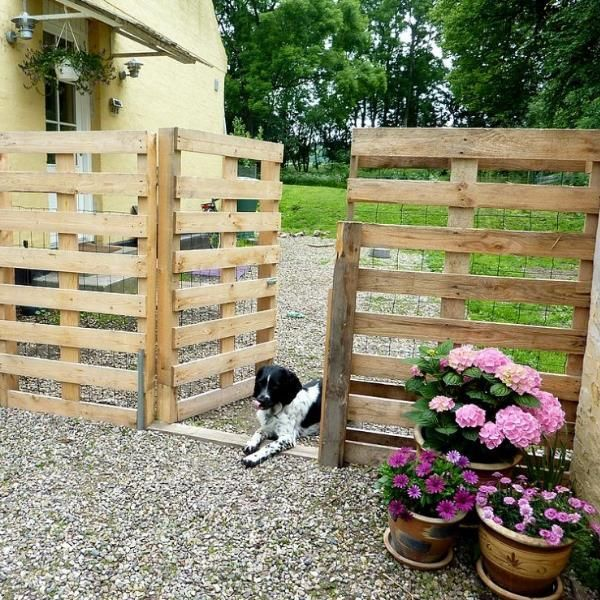Repurpose {Pallets} into a {Pretty Fence} for your driveway!