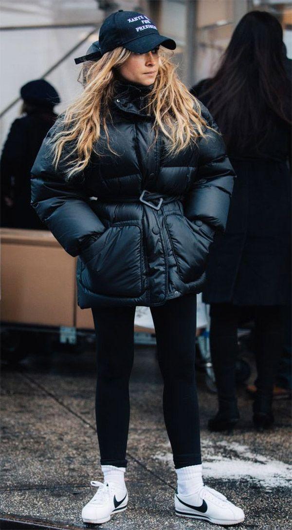 Calça preta Jaqueta preta Puff jacket Cinto preto Tênis