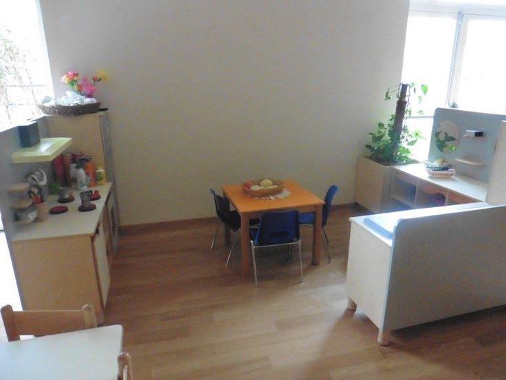 Keukenhoek met tafel en stoelen op kindhoogte. - Kinderdagverblijf in Italië
