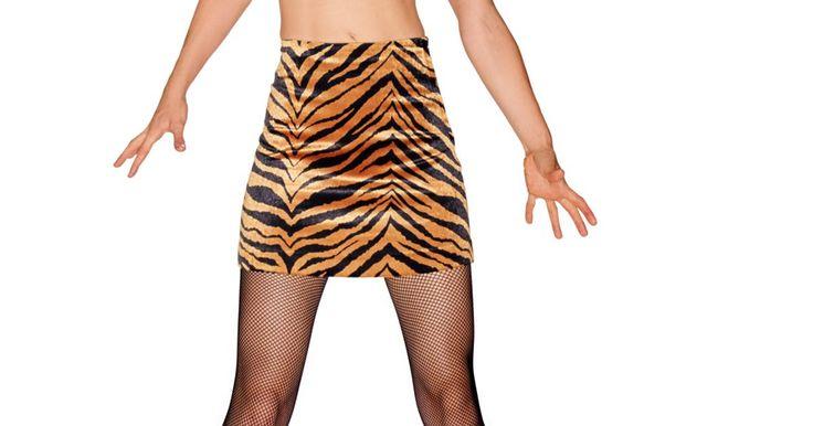 Como fazer uma fantasia sexy de Tarzan e Jane. Tarzan e Jane fazem uma fantasia bonita de casal para uma festa ou Halloween. O principal ingrediente para este traje é o tecido com estampa de animal. A mais comumente observada é a estampa de leopardo ou tigre, mas você pode usar qualquer uma de animal. Misture e combine estampas para uma aparência diferente. Esta fantasia pode ser montada em ...