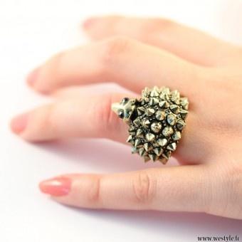 Kullanvärinen sormus jossa siili