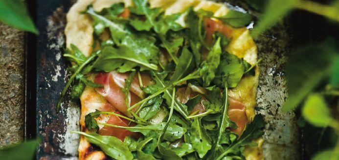 Pizzas fines au jambon de Bayonne et à la roquette au barbecue Recettes | Ricardo