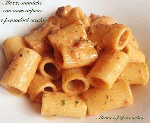 """Le """"Mezze maniche con mascarpone e pomodori secchi"""" sono buonissime e semplicissime da preparare, in pochi minuti preparerete un piatto che piacerà a tutti!"""