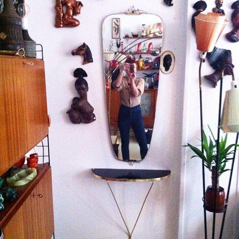 #retrolykkekaffebar #retro #bruktbutikk #brukskunst #kaffepause #kaffeogkaker #gjenbruk #nostalgi #grunerløkka #løkka #eventyrspeil #retrospeil #retrohylle Jeg har nett hengt opp et speil med tilhørende hylle. På toppen av speilrammen er det en tiara/krone. Så da har Mandagen gått med på å messe om hvem som er vakrest i landet her. Nyttig. Kr 1900,- for settet #forfengelighetslykke