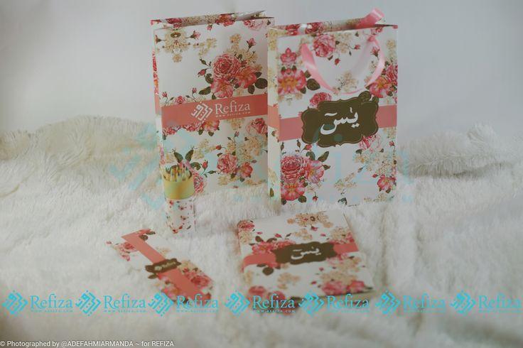 Jadikan paket souvenir Yasin dan paper bag dari Refiza sebagai souvenir di acara pentingmu. Motif cover dan paper bag juga bisa dicustom sesuai keinginan