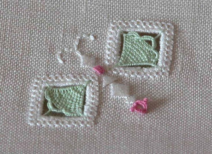 Détail de ma serviette d'invité, une commande de Giuliana Buonpadre. Tous les détails sur http://fils-aiguilles-passion.blogspot.fr/2014/01/laiguille-en-fete-surprise.html