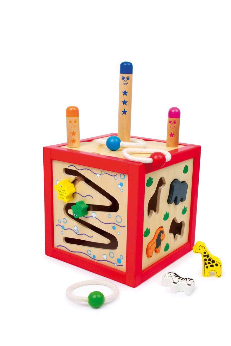 Hier bieden 5 kanten van de houten kubus geweldige spelen voor het oefenen van de motoriek! Insteekdieren in de bijpassende vorm plaatsen, rolelementen door de groef geleiden en bij het naar beneden rollen toekijken, de hond aan zijn neus draaien en zijn ogen laten rollen of drie ringen van vast band trefzeker over de insteekstokjes gooien - hier beleeft ieder kind plezier aan.