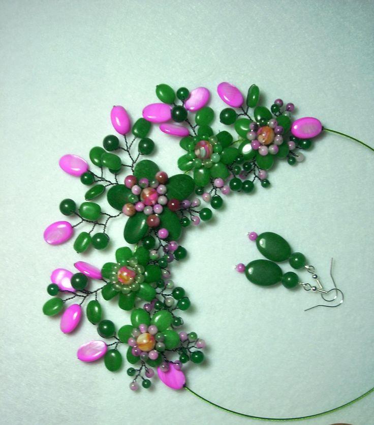 """Cercei şi colier """"Cărări pe sub tufe de liliac"""" din colecţia de agat """"Flori de piatră Bijoux"""" Didina Sava. Colierul este confecţionat din petale de agat şi jad, mărgele de agat şi sidef, sârmă modelatoare argintată neoxidabilă şi neagră, pe un suport de oţel siliconat.  De vânzare"""