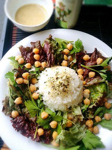 ヘンプシードを使ったサラダ 麻の実とも言われるヘンプシードは、見た目は白胡麻のようで味はくるみに似ており、筋肉やコラーゲンを作るために欠かせないタンパク質が、大豆に次いで多く含まれています。また、ビタミン、ミネラル、必須脂肪酸をバランス良く含むため、心筋梗塞やアレルギーを予防する食べ物として注目されています。特に、必須脂肪酸のひとつであるαリノレン酸は細胞の老化を防ぐと言われ、アンチエイジング食材としても要チェックです。 ヘンプシードオイルも魅力の食材  宇宙食にも採用されているヘンプシードから作られる、ヘンプシードオイルも美容と健康にオススメのパワーを持っています。体内で合成することのできないリノール酸と、αリノレン酸が理想のバランスで含まれているため血液がサラサラになり、天然のサプリとも呼ばれています。