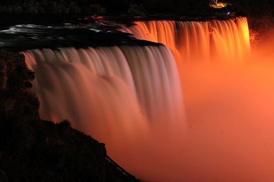 As Cataratas do Niágara viram um espetáculo de luzes coloridas no inverno.