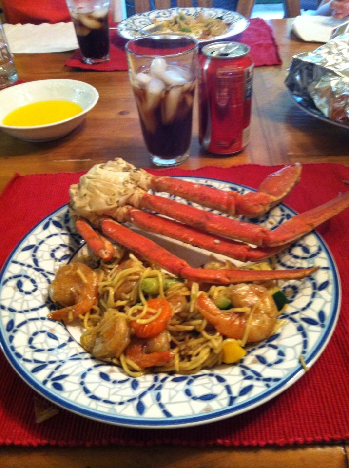 Mi pasta favorita con camarones y vegetales. Acompañada con unas patas de cangrejo al vapor.