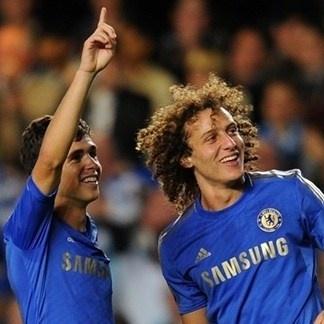 Oscar y David celebrando una de las anotaciones del Chelsea 2-2 Juventus. 19.09.12.