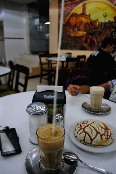 Lechero en el café La parroquia. Puerto de Veracruz