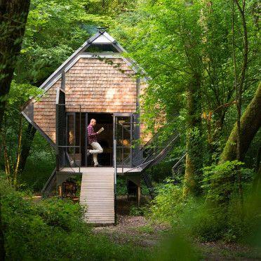Frankrijk / Lorraine Midden in het bos staat dit enorme 4 persoons vogelhuis. Het heeft alles wat ik leuk vind. Bos / openhaard en op de veranda twee enorme hangmatten. Via Airbnb 85,- per nacht Ec…