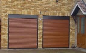 Rolety antywłamaniowe oprócz osłony okien, doskonale sprawdzają się jako zakrycie drzwi. W tym wypadku zdecydowanie chronią przed wejściem niepowołanych osób.