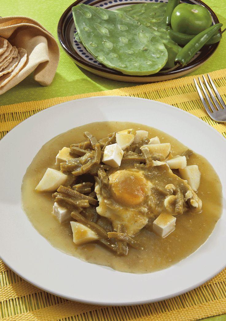 Esta variante de huevos ahogados es perfecta para el almuerzo, acompaña con pan caliente y frijoles