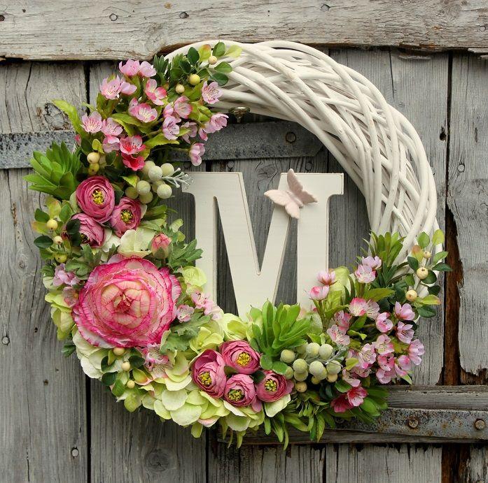 Wianek kwiatowy z inicjałem- ozdoba, dekoracja do domu, pomysł na prezent, na urodziny, na imieniny, na Dzień Matki