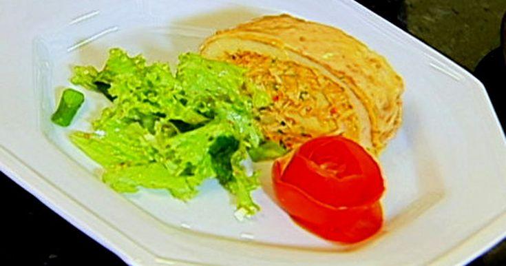 300g de frango cozido e desfiado grande - 1 xícara(chá) do molho do frango cozido - 1/2 xícara (chá) de leite - 1 copo requeijão cremoso - 3 ovos cozidos duros, cortados em quatro - 10 azeitonas verdes, picadas. - 1 colher (sopa) de manteiga - 1 colher (sopa) cebola, picada - 2 colheres(sopa) rasas de farinha de trigo - 4 colheres(sopa) de cheiro verde - sal e pimenta a gosto