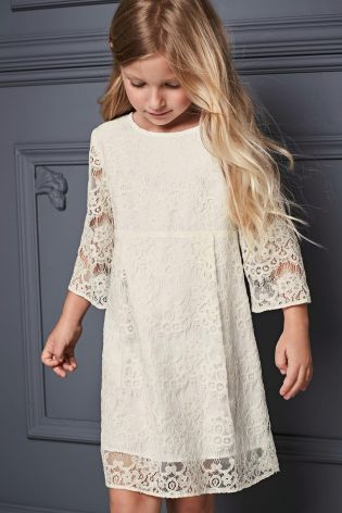 On the lookout for the perfect bridesmaid dress? With 3/4 sleeves and a lovely lace detail, here it is!