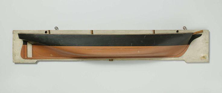 anoniem | Halfmodel van een schroefstoomschip, attributed to Rijkswerf Amsterdam, 1857 | Halfmodel van een schroefstoomschip. Gepolychromeerd blokmodel (stuurboord) van een driemast schroefstoomschip. Geschutpoorten of dekken zijn op het model niet aangegeven. Elliptisch hek; roer met ronde roerkoning (Amerikaans roer) en afgerond roerblad; het model heeft een schroefraam. Zeeg nagenoeg vlak. Rond onderwaterschip met vrij scherpe kimmen. Het model is een uitzondering in deze collectie: het…