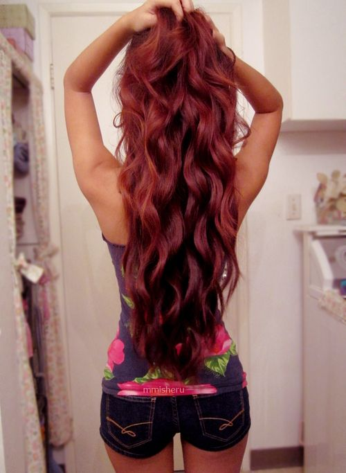 This is EXACTLY how I wish my hair was: this long, this shade of red, with those kind of waves/curls.... :/