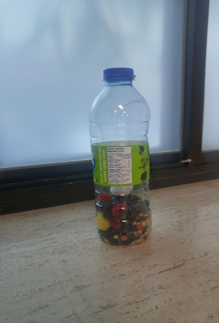 A l'intérieur de cette bouteille se trouve des petites pâtes alimentaires, des petits grains de maïs, des billes, du riz, des petites boules de mousse. Judeline