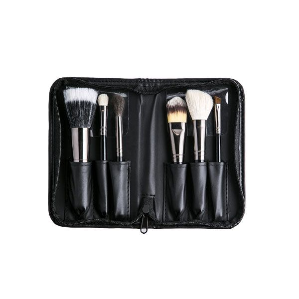 This mini travel set is a combination of natural and synthetic bristles. The perfect kit to take travelling. Set includes: - Duo Fiber Brush (Sable/Syn - Shadow Brush (Goat) - Angle Liner Brush (Synthetic) - Blush Brush (Goat) - Foundation Brush (Synthetic) - Blending Brush (Sable) Faux Leather Zip-up Hard Case