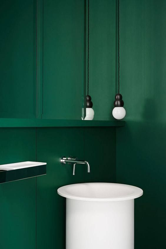 Embracing the green. The In-Out washbasin and 369 accessories by Benedini Associati. Williamstown House by Fiona Lynch. Ph. Dan Hocking Learn more on agapedesign.it #agape #interiordesign #bathroom