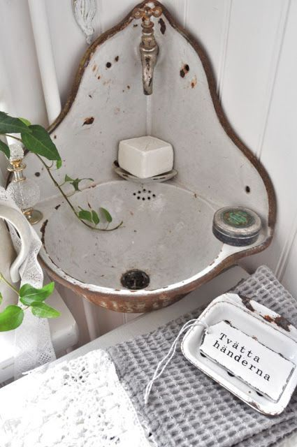 Shabby Chic - This sink reminds me of the first appartment my husband & I shared when we were newly married.  When I saw it I just had to pin it for the memories it gave me.
