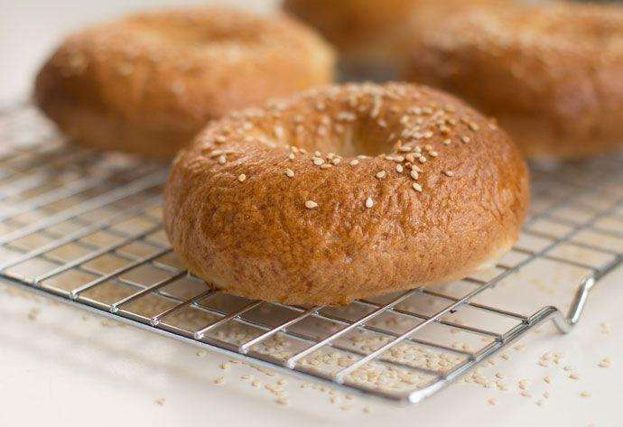 Ooit beangstigde mij de gedachte aan werken met gist, het laten rijzen van deeg of uberhaupt het maken van brood. Maar na de ervaring met deze bagels durf ik eindelijk de wereld van broodbakken toe te treden. Met dit recept kun je ontzettend makkelijk zelf bagels maken en ik ga jou vertellen hoe je dat …
