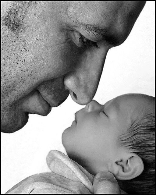 Vater und Sohn tauschen erste Streicheleinheiten aus. Solche Fotos sieht man viel zu selten! Berührend schööön! :o)