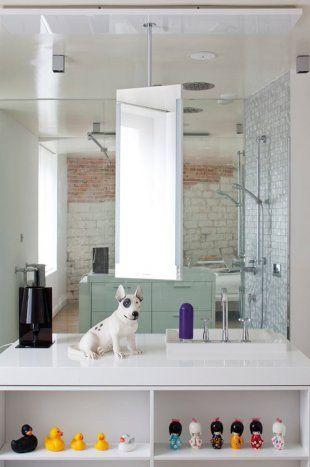 Salle de bain ouverte sur la chambre avec douche à l'italienne