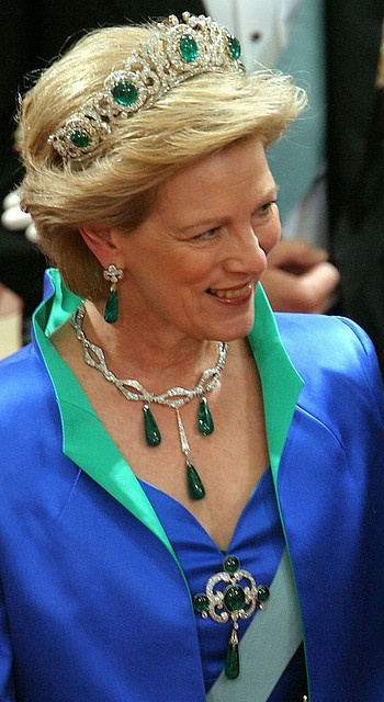 Greek emerald parure: consists of a large diamond tiara set with five cabachon emeralds, a pair of drop earrings, a corsage ornament and five detachable pendant drops. Queen Anne-Marie wears the pendant drops on a diamond chain that she inherited from her grandmother, Queen Alexandrine of Denmark.